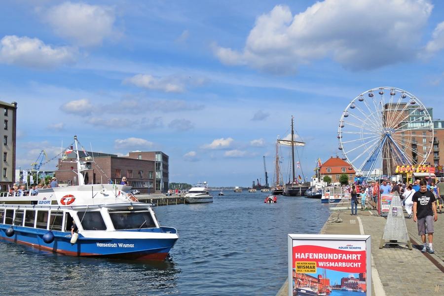 2018-08-18 spätvormittags WISMAR Alter Hafen, zu Lande, Hafenrundfahrts-Barkasse + 'Wissemara' + Riesenrad